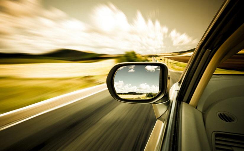 Частный инструктор по вождению объясняет как пользоваться зеркалами